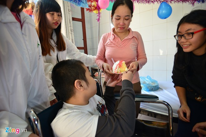 Chị Nhung không giấu nỗi xúc động khi lần đầu được Tú tự tay cắt bánh sinh nhật và đưa cho mẹ. Ngày mai 30/12, Tú và mẹ sẽ về quê Bắc Giang, một tháng sau em sẽ lên viện Y học cổ truyền để tiếp tục điều trị.